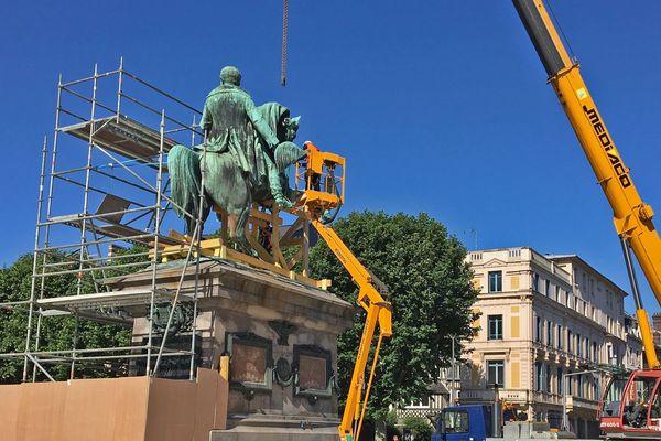 Rouen le 24 juin 2020 : une structure en bois est mise en place sous la statue équestre de Napoléon avant le levage.