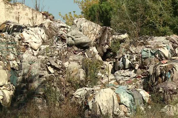 Plus de 1000 m3 de déchets sont entassés à côté de cette grange sur la commune de Tourtrès.