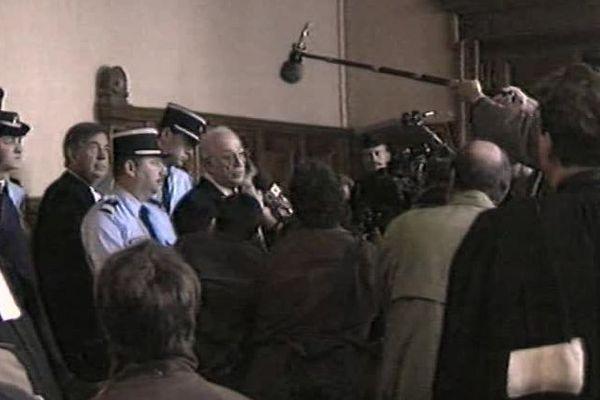 Le détenu Jacques Médecin donne une conférence de presse depuis le box des prévenus.