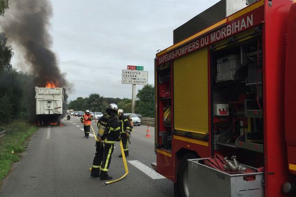 La benne en feu d'un camion sur la N165 à hauteur de Hennebont (56)