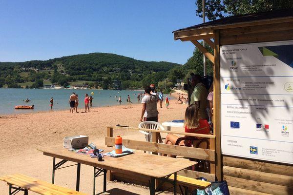 Sur la plage principale du lac du Causse, les maîtres-nageurs sont à l'affût de la moindre alerte.