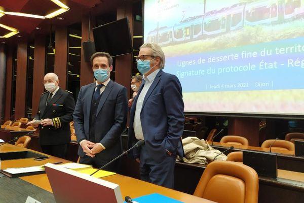 Le préfet de région, le ministre délégué au Transport, Jean-Baptiste Djebbari et le vice-président de région en charge des transports, Michel Neugnot, ce jeudi 4 mars au conseil régional