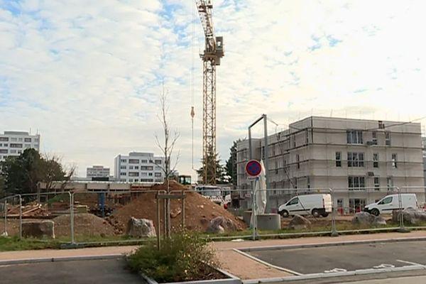 Ici l'écoquartier de Fontaine-d'Ouche, un quartier qui finit sa rénovation urbaine. Les logements en construction sont proposés à l'accès à la propriété, dans un quartier composé principalement d'habitat social (mai 2018)