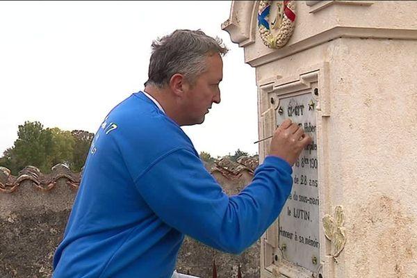 Richard Twardowskij restaure des pierres tombales abandonnées
