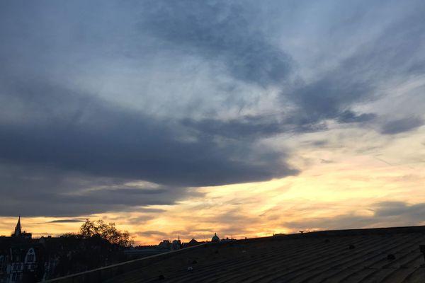 soleil et petite fraîcheur sur nos régions. Ici, le ciel de Strasbourg.