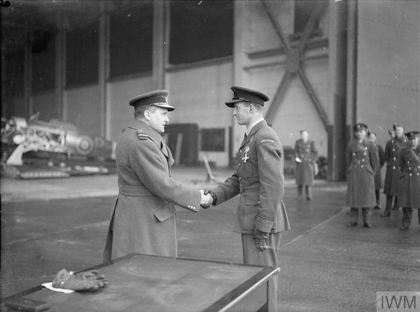 """Miroslaw Feric salué par Sholto Douglas après la remise de sa """"Distinguished Flying Cross"""" (DFC), le 15 décembre 1940. Feric trouvera la mort le 14 février 1942 lors d'un vol d'entraînement à Northolt."""