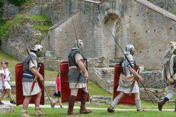 Photo d'illustration - Reconstitution historique d'un camp romain avec des légionnaires lors des journées nationales de l'archéologie.