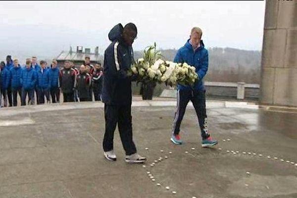 Le dépôt d'une gerbe samedi au pied du grand monument du Struthof par 2 jeunes footballeurs