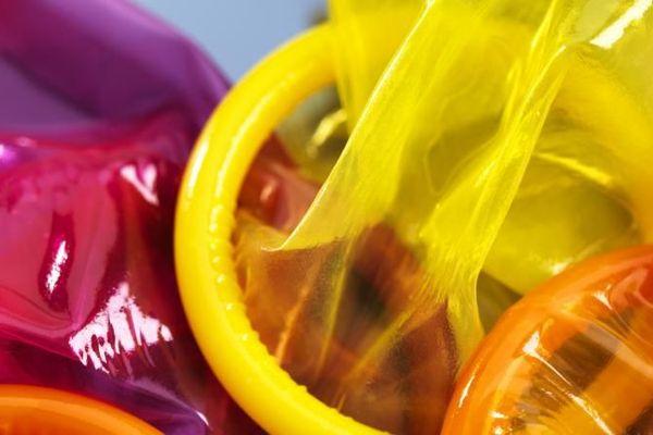 Le préservatif fait l'objet d'une campagne de communication du gouvernement, critiquée par des associations.