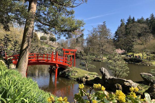 l'étang avec son pont rouge