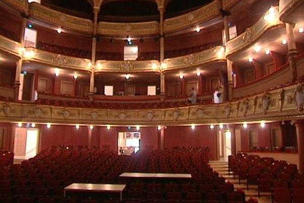 La visite des coulisses du théâtre de Sète est désormais possible, grâce à des casques de réalité augmentée. Septembre 2015.