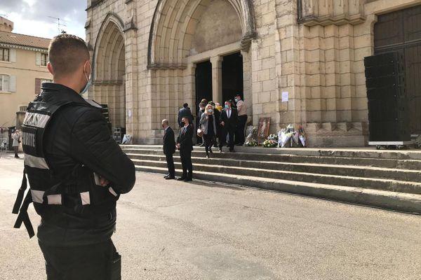 De nombreux anonymes viennent déposer des fleurs devant l'église de Bourgoin-Jallieu.