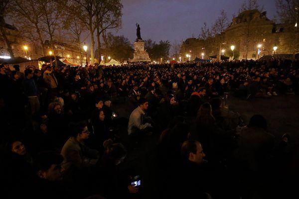 Une foule rassemblée place de la République, lors de la Nuit debout, le 22 avril 2016.
