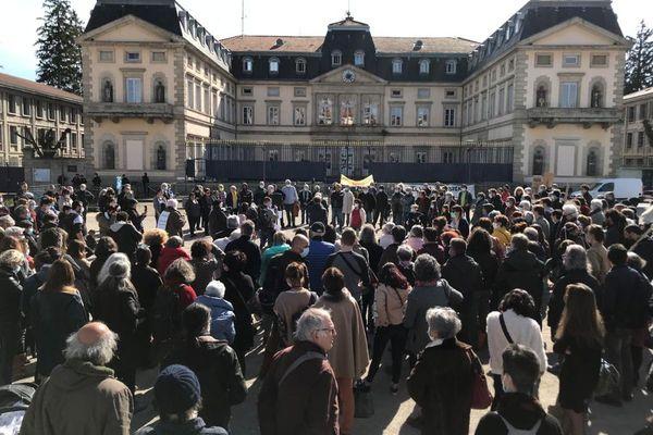 Un rassemblement pour empêcher l'expulsion de Madama Diawara a eu lieu mercredi 10 mars au Puy-en-Velay, devant la préfecture de Haute-Loire.