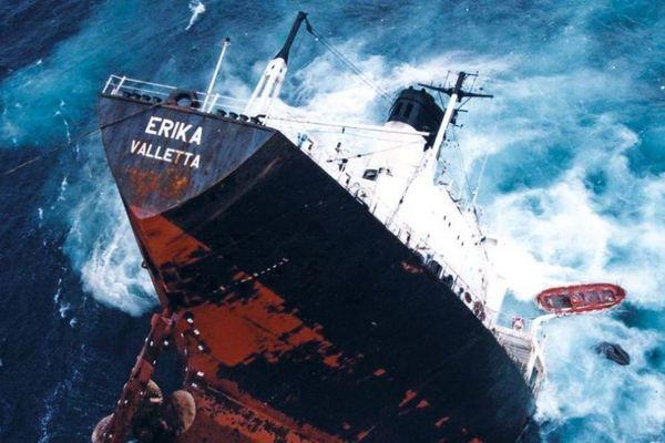 Dimanche 12 décembre 1999, à l'aube, le pétrolier Erika sombrait au large de la Bretagne