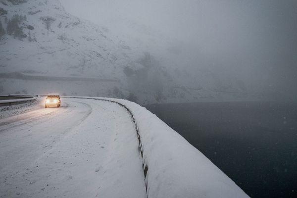 La route du barrage de Tignes sous la neige, le 22 décembre 2019.