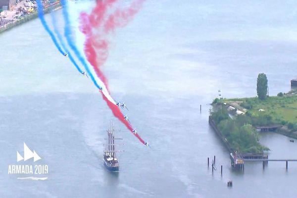 Le passage de la Patrouille de France au dessus des voiliers de l'Armada 2019 à Rouen, un moment fort pour la Grande Parade des Voiles de la Liberté.