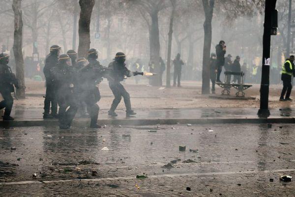 Des CRS tirent une grenade de gaz lacrymogène, le 12 janvier 2019, à Paris