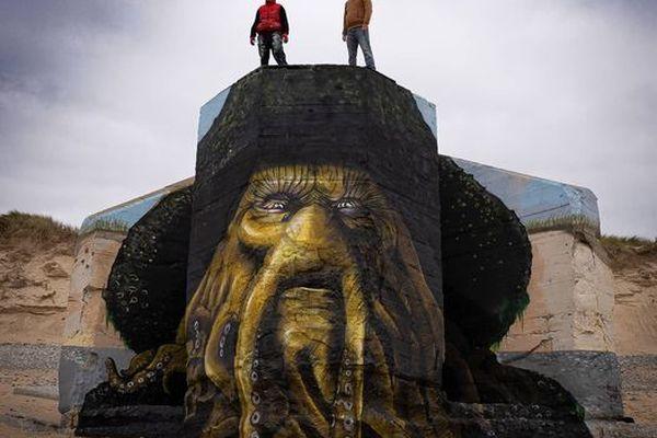"""Les graffeurs Baby.K et Blesea, à Biville, dans la Manche, au sommet de la tête de Davy Jones, personnage du film """"Pirates des Caraïbes"""""""