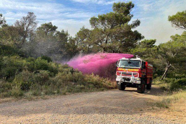 Sur le massif de l'Alaric (Aude), les sapeurs pompiers s'attèlent à la tache fastidieuse, mais nécessaire, d'étouffer toute fumerolle, afin d'éviter les reprises de feu dans une végétation extrêmement sèche. - Dimanche 25 juillet 2021.