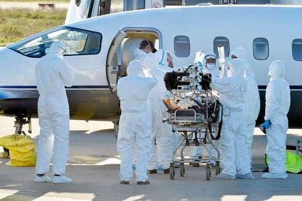 Nîmes - évacuation par avion de malades Covid+ vers les CHU de Toulouse et de Brest - 27 octobre 2020.