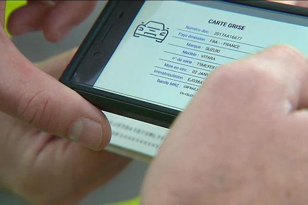 Ici, un gendarme contrôle la carte grise d'un usager directement à partir de l'application NeoGend.