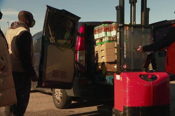 Une cinquantaine de bénévoles mobilisés se relaient pour les distributions alimentaires