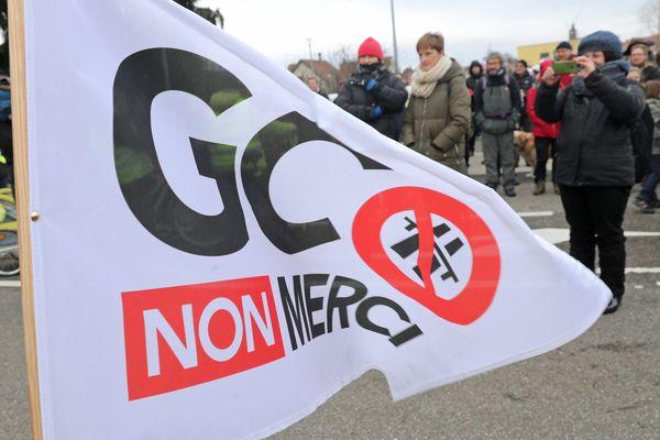 Une banderole anti-GCO au cours d'une manifestation.