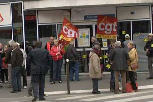 Amiens : manifestation devant la Caisse de retraite