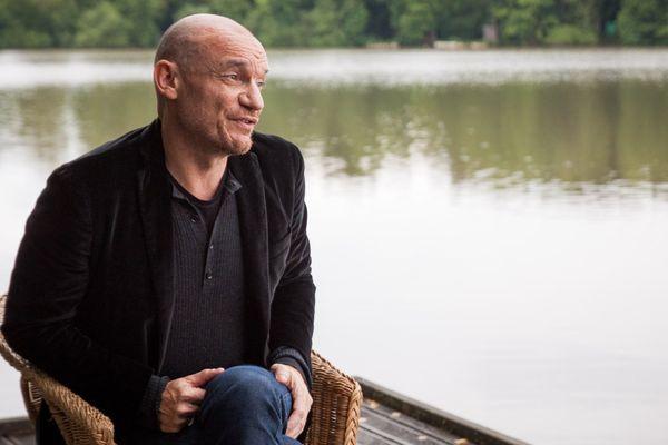 Gaëtan Roussel sur le bord de l'étang des Eurockéennes