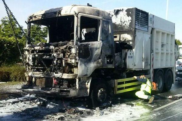 Le camion a été détruit par les flammes.