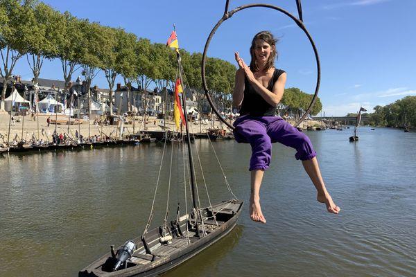 Un bateau en support de numéro de cirque acrobatique
