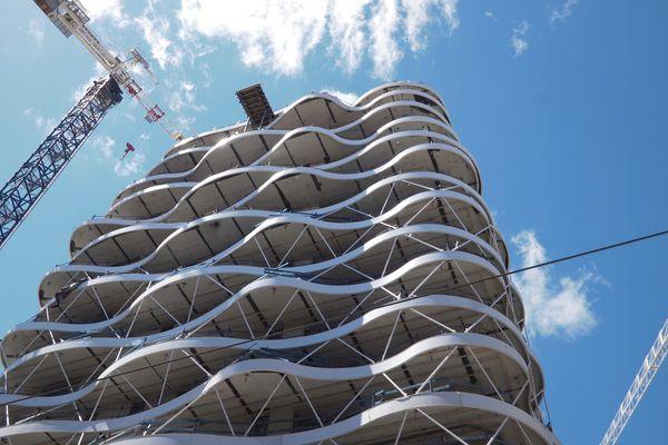 La tour Higher Roch s'élève à 50m de haut le long de la gare Saint-Roch à Montpellier - 23 septembre 2021.