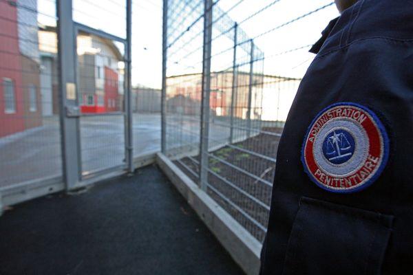 Une surveillante de prison du centre pénitentiaire de Roanne (Loire) privée de son droit d'exercer en raison de cadeaux faits à un détenu dont elle était amoureuse.
