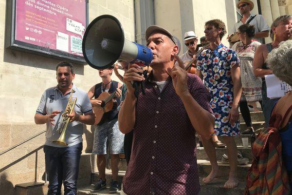 Le chanteur HK était à Nantes ce dimanche, invité par le Comité Nantais pour l'autonomie des luttes et du collectif des serveur.ses opposés au pass-sanitaire