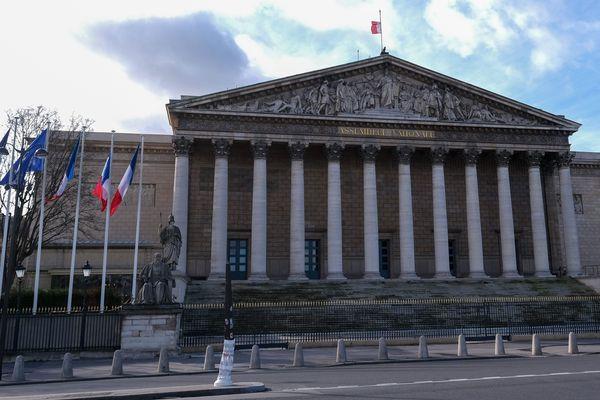 L'Assemblée Nationale forme avec le Sénat le Parlement.