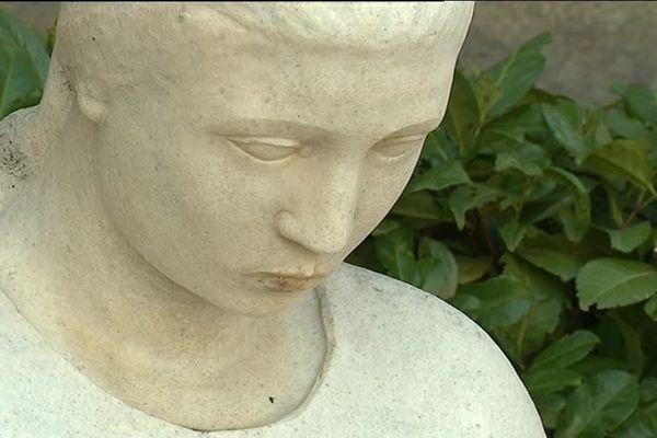 Dans tous les villages de France ou presque, il y a depuis cette la première guerre mondiale, un monument aux morts. A Ouveillan, dans l'Aude, le monument a la particularité d'être considéré comme pacifiste.