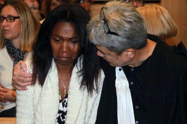 Perpignan : dès son arrivée, libre, aux Assises, Diane Mistler clame son innocence, elle est avec l'un de ces avocats Jean-Robert Phung - 18 octobre 2012.