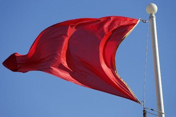 ILLUSTRATION - Le drapeau rouge signalant une interdiction de baignade sur les plages