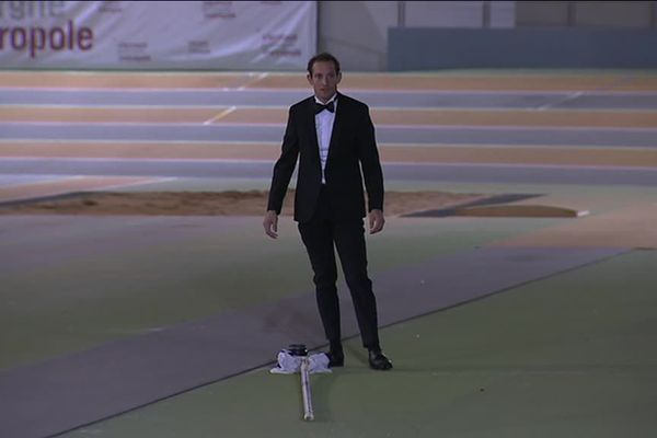 Renaud Lavillenie en smoking pour sauter à la perche...Ce n'est pas par coquetterie que l'athlète s'est mis sur son 31. Renaud Lavillenie participait en fait au tournage d'un clip publicitaire pour une société clermontoise qui vient de se lancer dans la confection de costumes sur-mesure.