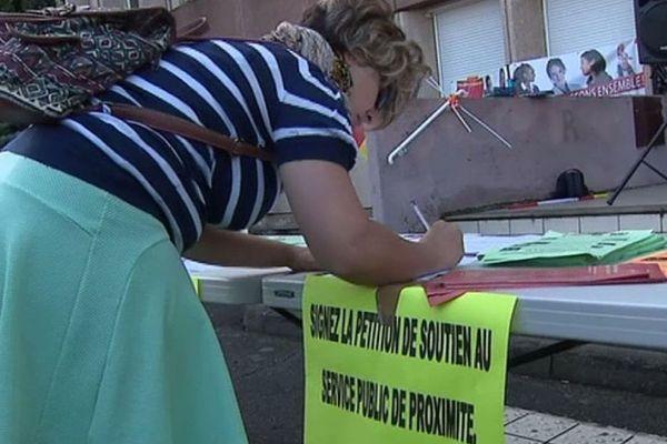 Les agents grévistes des Finances publiques recueillent des signatures d'usagers sur une pétition contre le projet de réforme de Gérald Darmanin.