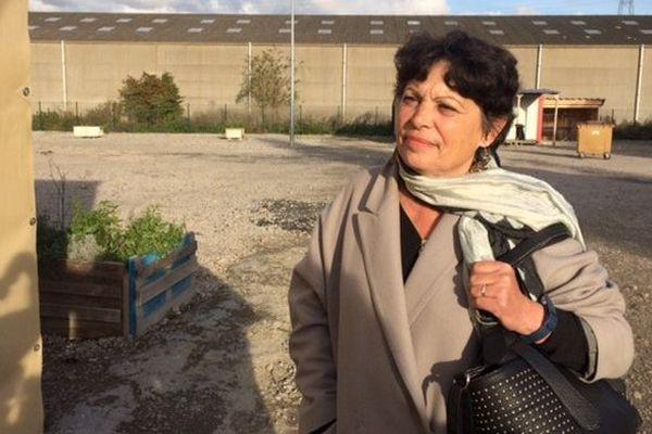 Michèle Rivasi, candidate à la primaire EELV sur le camp de Grande-Synthe, ce 2 novembre.