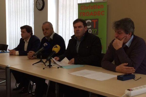Candidat à l'élection présidentielle, Christian Troadec donne une conférence de presse à Paris