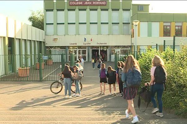 L'entrée du Collège Jean Rostand à Quétigny (Côte-d'Or)