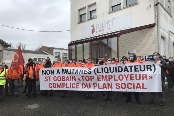 Les salariés de Ouest Production -groupe Lapeyre - débrayent mardi 12 janvier 2021