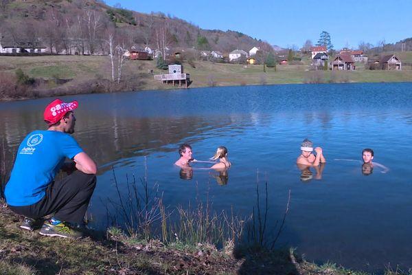 Dans le Cantal, au lac des Graves, des stagiaires se sont prêtés à une expérience du froid extrême: la Wim Hof Method, venue des Pays-Bas.