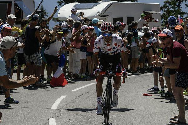 Le maillot à pois sur les épaules, l'Auvergnat Julien Alaphilippe franchit les cols avec sa famille en tête