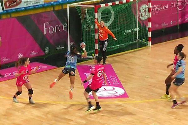 Le championnat élite de handball a été suspendu avant le derby Fleury-Chambray. Les banlieusardes tourangelles, en bleu, ne disputeront pas les 1/2 finales de la Coupe de France, la compétition a été annulée.