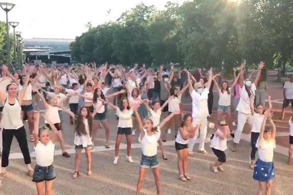 Près de 120 personnes réunis à Fréjus le vendredi 26 juin pour participer à un flash mob en l'honneur des soignants