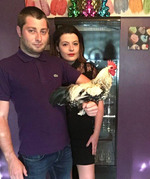 Manon Vançon et Denis Aubry avec leur coq nain Sabelpoot